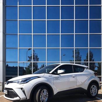 @toyotakaivoksela: Huippuvarusteltu Hybrid Edition-mallisto✨  Tarjoamme nyt kattavasti varusteltuun Toyota Hybrid Edition-mallistoon talvirengasyhdistelmän (talvirenkaat kevytmetallivantein) veloituksetta varastossa oleviin autoihin. 💫  Käy tutustumassa kaikkiin mallistoetuihimme nettisivuiltamme ttnordic.fi  Turvallista autokauppaa Toyota Kaivokselasta - toimitamme uuden autosi halutessasi kotiovellesi 50 kilometrin säteellä liikkeestämme. 💙  Soita myyjillemme numeroon 010 851 8310 📲  Swaippaa oikealla nähdäksesi Hybrid Edition-malliston ➡️ #toyotakaivoksela #toyotasuomi #toyotahybrid #chrhybrid #toyotachr #corollahybrid #toyotacorolla #yarishybrid #toyotayaris #yaris #corolla