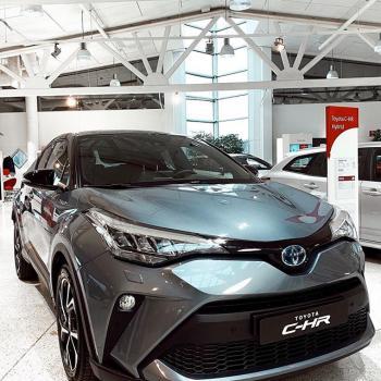 @toyotakaivoksela: Uusi Toyota C-HR Hybrid on nyt meillä❕  Auton keula ja peräosa on muotoiltu uudelleen. Kaksilitrainen, 184 hevosvoiman tehon tuottava hybridivoimalinja ja joukko innovatiivisia ominaisuuksia vie ajokokemuksen uudelle tasolle.  #toyota#toyotasuomi#toyotachr#chr#chrhybrid#hybridcar#hybridiauto#toyotahybrid#toyotacluboffinland#toyotakaivoksela#ttnordic